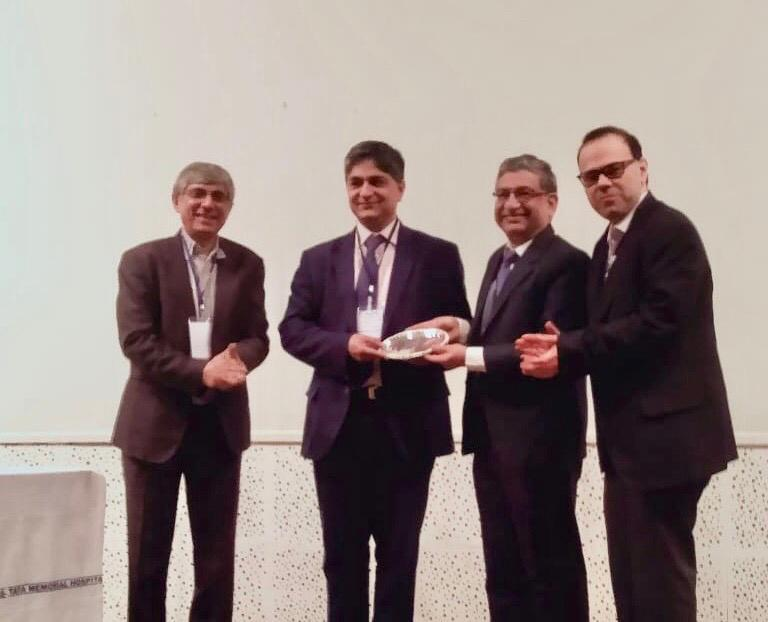 Professor Ranjit Manchanda receiving the Shyam Agarwal Memorial Oration at the Indian Society of Cancer Genetics Conference.